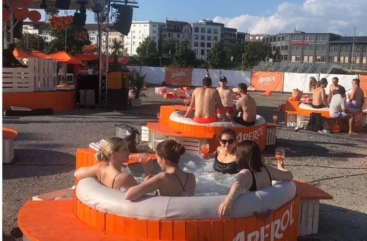 Whirlpools und eine Bühne für regionale Bands auf dem  Cannstatter Wasen. Foto: Stzn