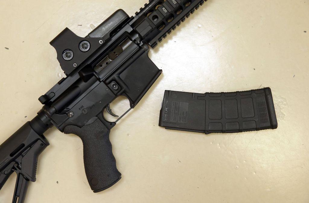 Ein halb automatisches Jagdgewehr mit abnehmbarem Magazin. Solche Magazine ermöglichen es einem Schützen 30, 50 oder 100 Kugeln nacheinander abzuschießen, bevor die Waffe wieder geladen werden muss. Foto: AP