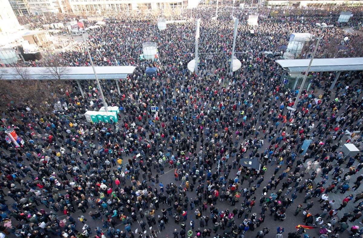 In Leipzig demonstrierten Tausende auf einer Demonstration der Stuttgarter Initiative Querdenken. (Archivbild) Foto: dpa/Sebastian Kahnert