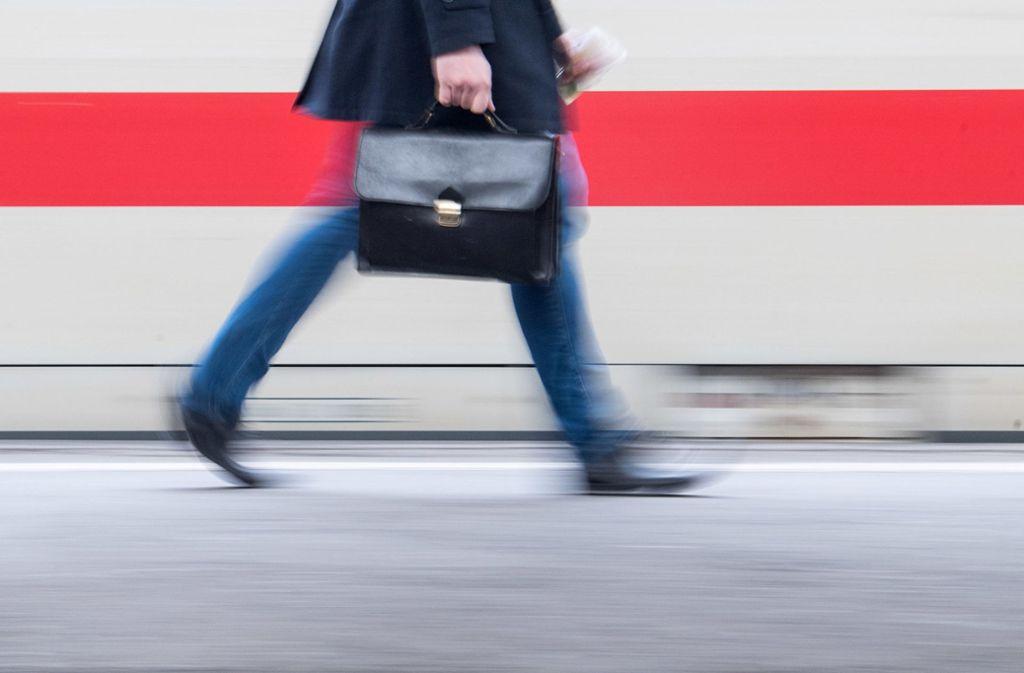 Zugreisende zwischen Stuttgart und Augsburg müssen mit Behinderungen rechnen. Foto: dpa (Symbolbild)