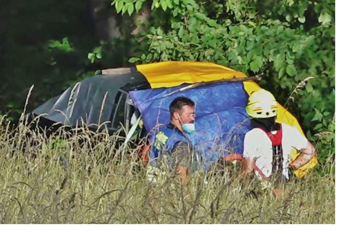 Helfer an der Unfallstelle in Althütte: Das Auto war offenbar mit hohem Tempo in das Waldstück gefahren. Foto: 7aktuell.de/Kevin Lermer