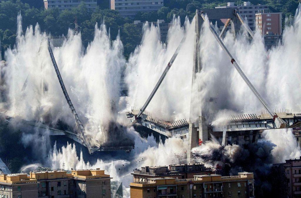 Am 28.  Juni wurden die letzten verbliebenen Brückenpfeiler der Morandi-Brücke gesprengt. Foto: dpa
