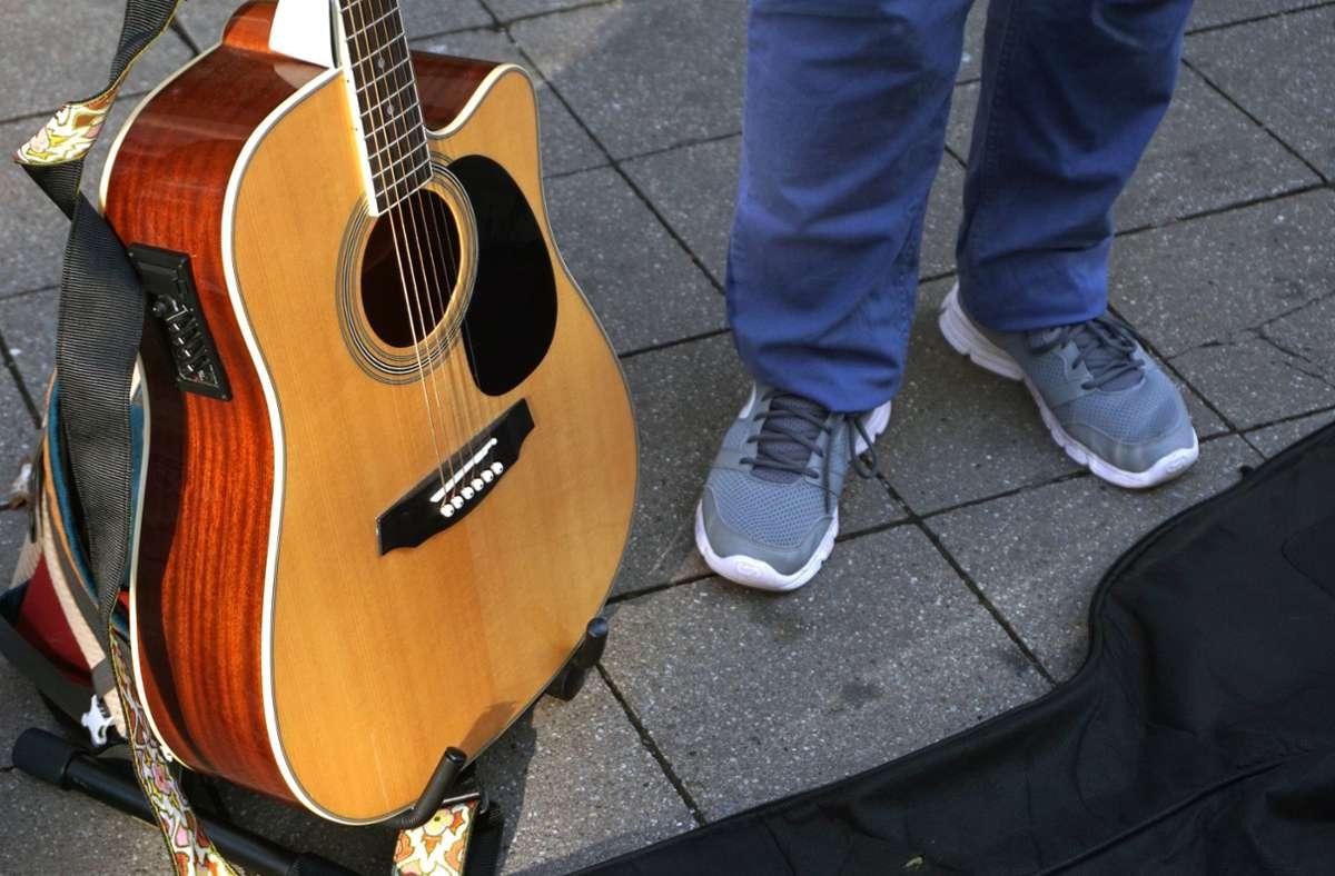 In Stuttgart soll ein 32-Jähriger einen Straßenmusiker beraubt haben (Symbolbild). Foto: imago images/Gottfried Czepluch/Gottfried Czepluch
