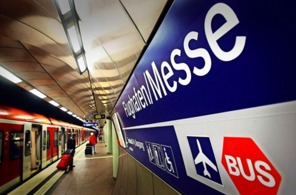 Die bestehende S-Bahn-Station am Flughafen soll mit einem dritten Gleis ausgestattet werden. Dort würden die Regionalzüge von der Gäubahn einfahren. Foto: Leif Piechowski