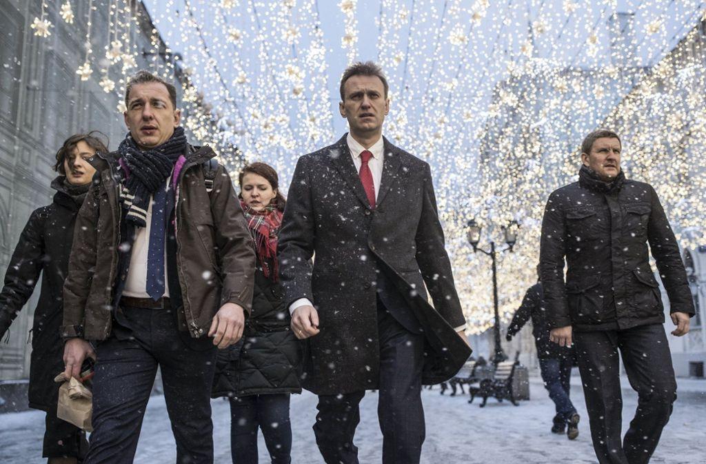 Auf dem Weg zur Wahlkommission: Alexej Nawalny (Bildmitte) mit seinem Team in Moskau. Dieses Foto machte im Internet Karriere. Foto: AP