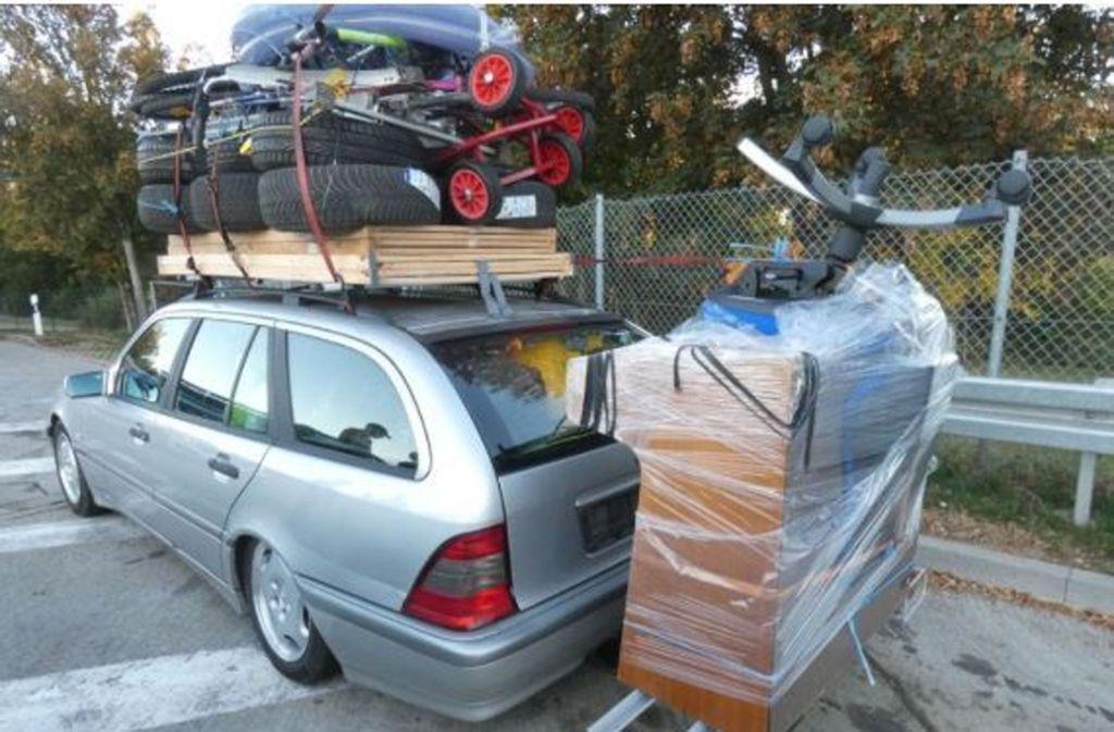 Was tun, wenn man zu viel Gepäck, aber zu wenig Platz im Auto hat? Dieser Mercedes-Fahrer bewies Kreativität beim Packen. In unserer Fotostrecke zeigen wir weitere kuriose Fotos aus Stuttgart. Foto: Polizei Ludwigsburg