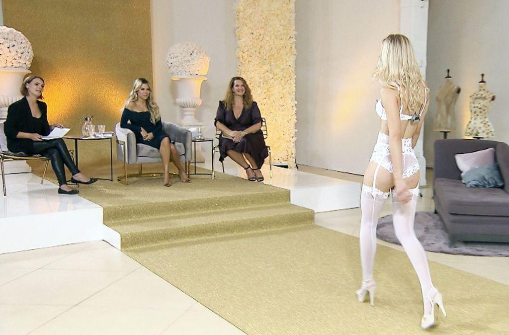 Die Models präsentieren sich in selbst gewählten Dessous vor Sylvie Meis und ihren Beraterinnen. Foto: MG RTL D