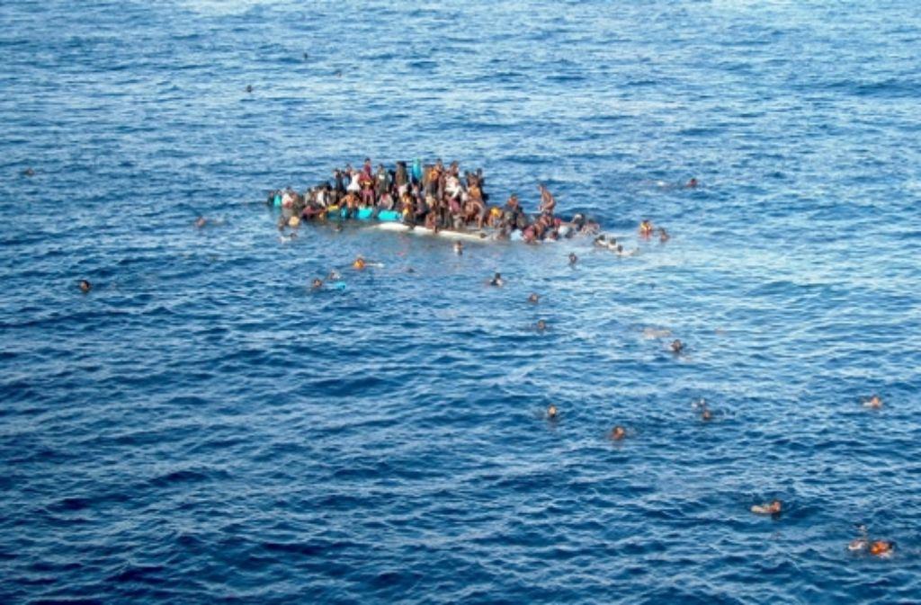 Flüchtlinge im Mittelmeer in Seenot. Schleuser verdienen viel Geld  mit  ihnen –  und zumeist  unabhängig davon, ob ihre Flucht tödlich endet. Foto: : dpa