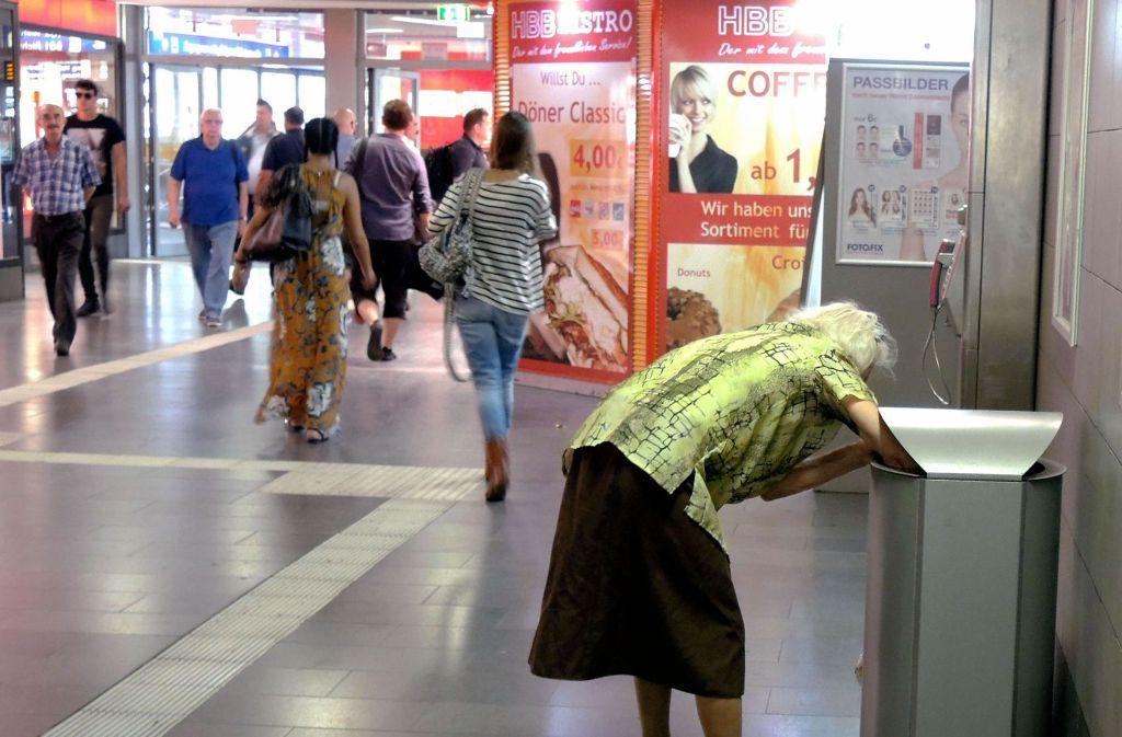 Eine ältere Frau sammelt Flaschen: Rentnerinnen sind überdurchschnittlich von Armut bedroht Foto: epd