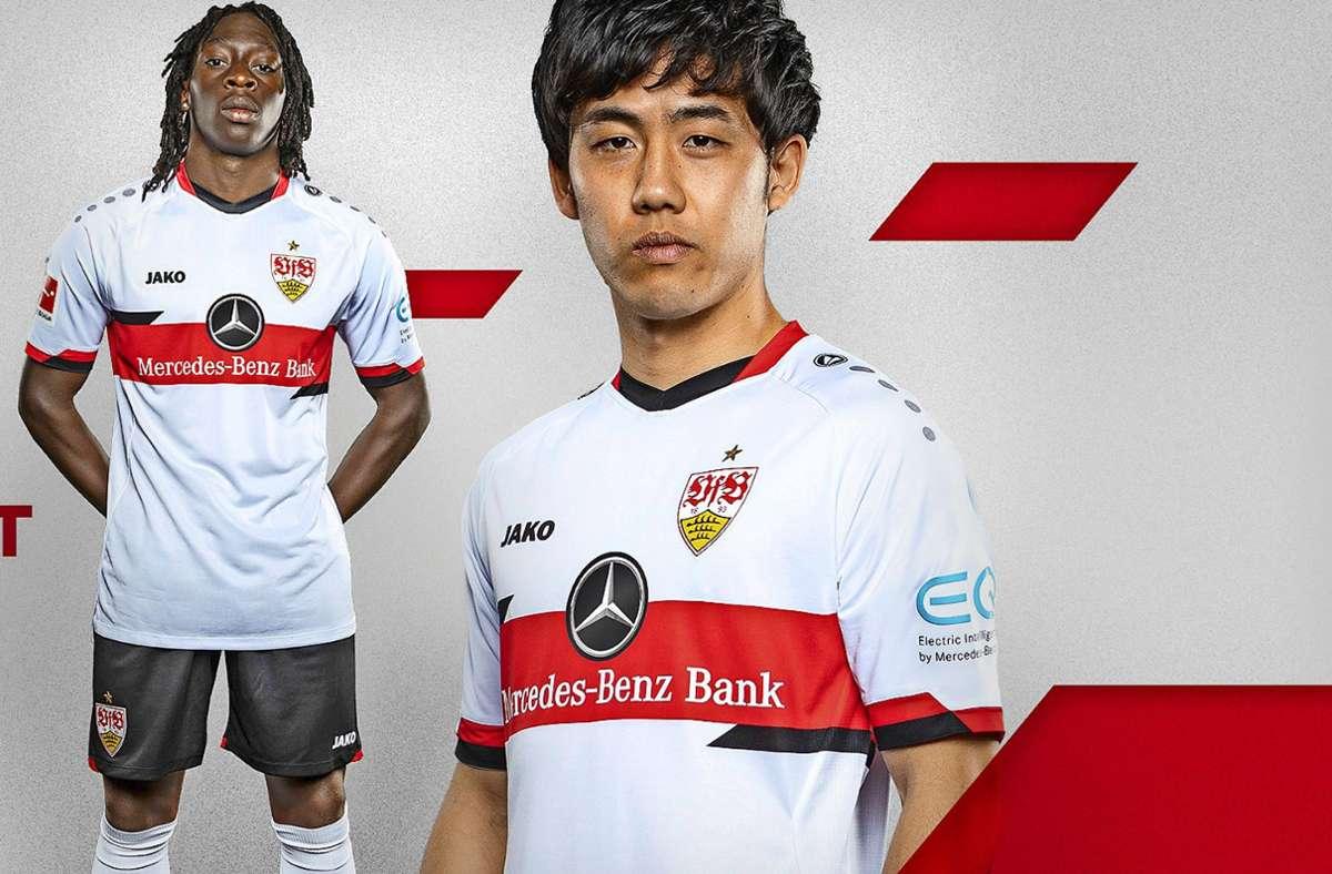 Tanguy Coulibaly (li.) und Wataru Endo präsentieren das neue Heimtrikot des VfB Stuttgart. Foto: VfB