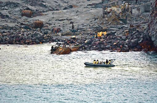 Soldaten holen Tote von Vulkaninsel