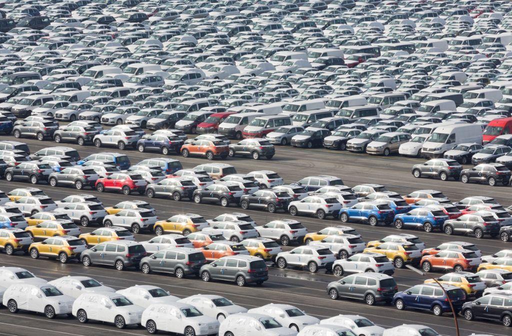 Fahrzeuge des Volkswagen-Konzerns stehen im Hafen von Emden zur Verschiffung bereit. VW landete auf Platz vier der  Profitabilitäts-Rangliste Foto: dpa/Jörg Sarbach