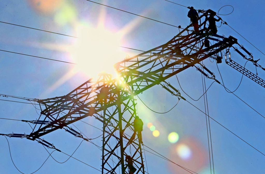 Stromtechniker arbeiten an einer Freileitung. Manche Leitungen haben ein Geräuschproblem Foto: dpa