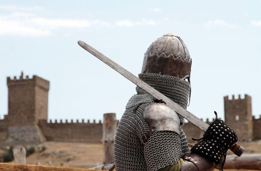 Der 35-Jährige trug eine Ritterrüstung und ein Schwert. (Symbolbild) Foto: imago/ITAR-TASS/imago stock&people