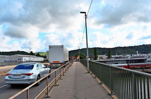 Luftiger Fußweg  über den  Neckar