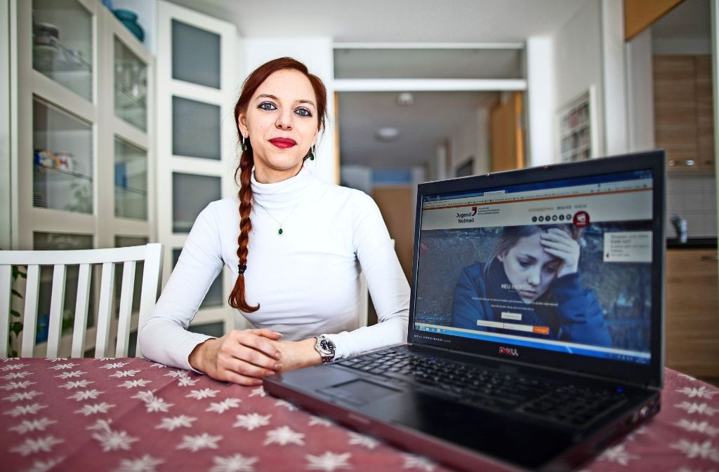 Alexandra Harter  berät junge Menschen, die mit dem Leben nicht mehr klarkommen, individuell   über das Internet. Foto: Bartek Langer