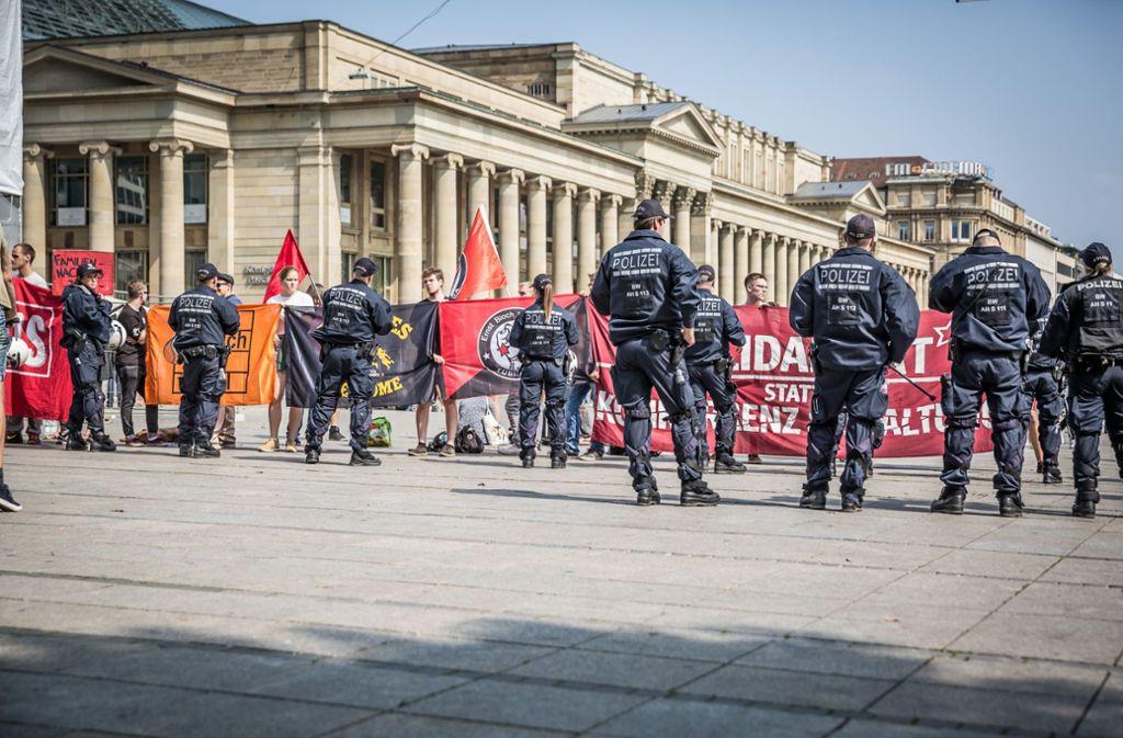 Gegendemonstranten versuchen die Kundgebung der Identitären zu stören, die Polizei unterbindet dies. Foto: Lichtgut/Julian Rettig