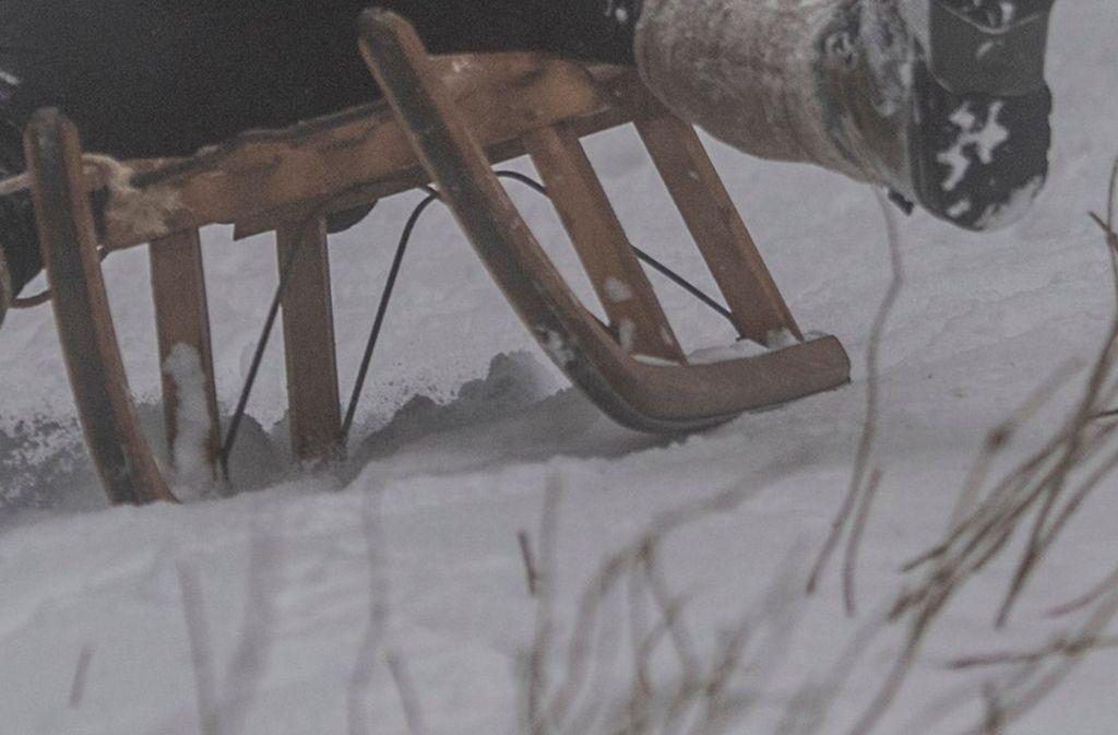 Die Kinder waren gegen einen Berg mit aufgeschüttetem Schnee geprallt (Symbolfoto). Foto: dpa