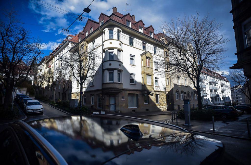 """Die Bewohner des Hauses an der Forststraße wollen sich eine """"Luxussanierung"""" nicht gefallen lassen. Foto: Lichtgut/Max Kovalenko"""