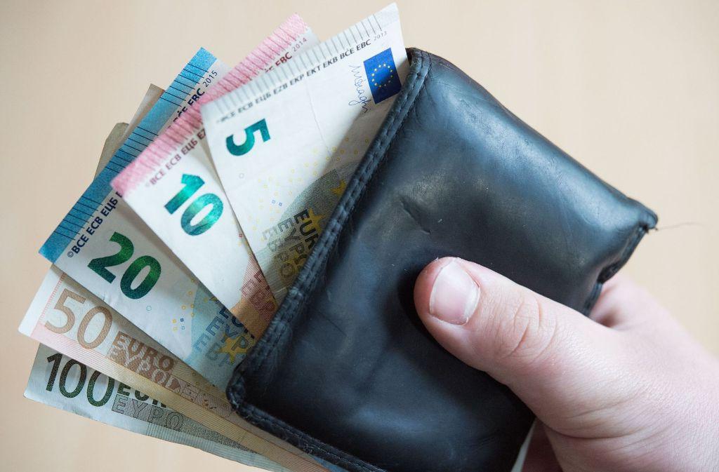 Die Armutsschwelle liegt für Ein-Personen-Haushalte bei 1050 Euro pro Monat. Foto: dpa