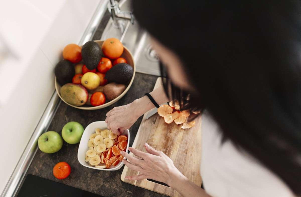 Eine Studie aus den USA beschäftigt sich damit, wie sich beispielsweise gesunde Ernährung auf das biologische Alter auswirkt. Foto: imago images/Westend61/Manu Reyes via www.imago-images.de