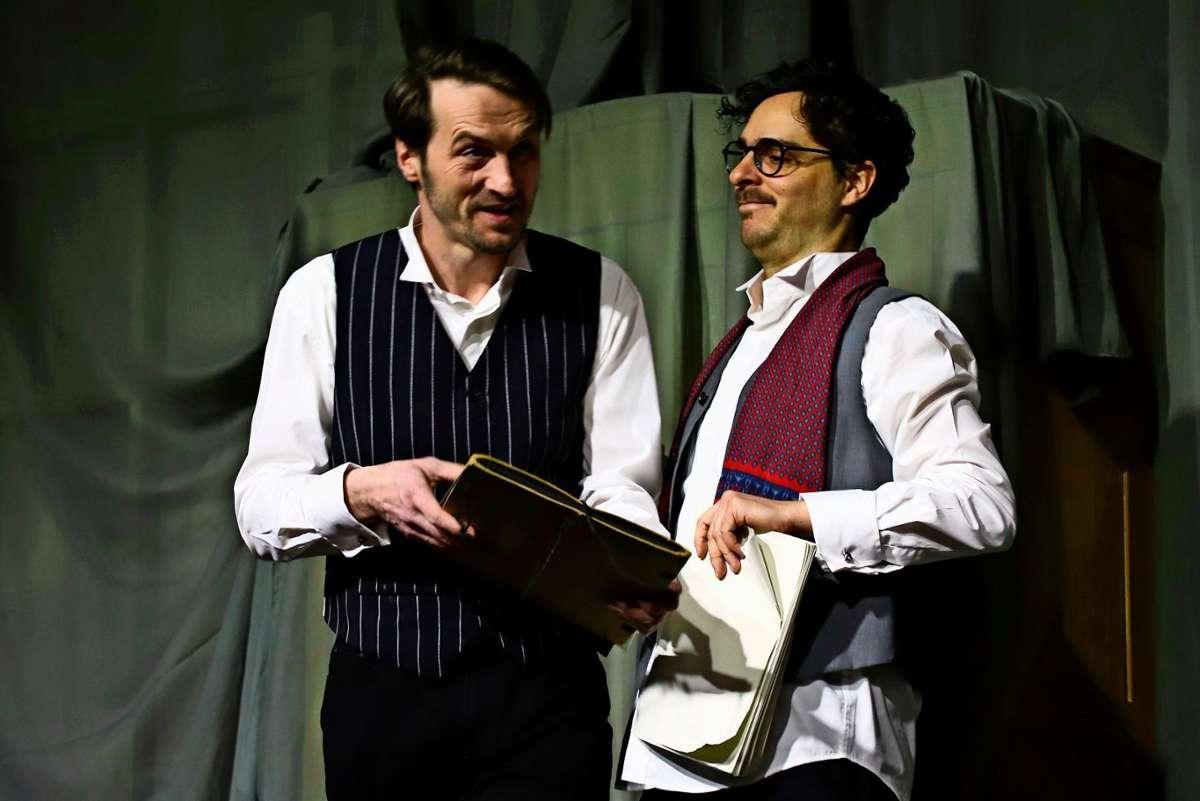 """Bernhard Linke (links) spielt in Stephen Mallatratts """"Die Frau in Schwarz"""" den undurchsichtigen Anwalt Mr. Kipps, der beim Ordnen eines Nachlasses auf ein düsteres Geheimnis stößt. Foto: Veranstalter"""