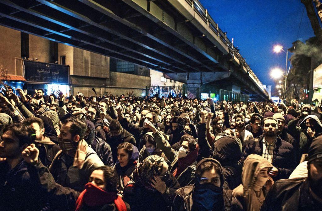 Hunderte Iraner haben in Teheran an einer Trauerfeier für die Opfer der Flugzeugkatastrophe teilgenommen. Foto: dpa/Ahmad Halabisaz