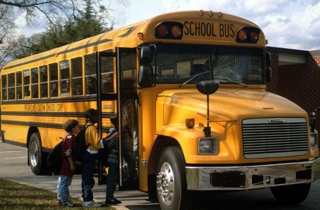 Ein solcher Schulbus – zum Partymobil umgebaut –  ist am Wochenende von Dieben durchwühlt worden. Foto: Steinert/Archiv