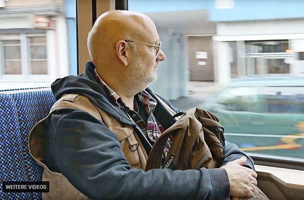 Jan Frier fährt mit der Stadtbahn durch Stuttgart. Er ist Hartz-IV-Bezieher. Einen richtigen Job sucht Frier seit Jahren vergebens: Auf viele seiner 550 Bewerbungen wurde gar nicht erst geantwortet. Foto: Florian Gann