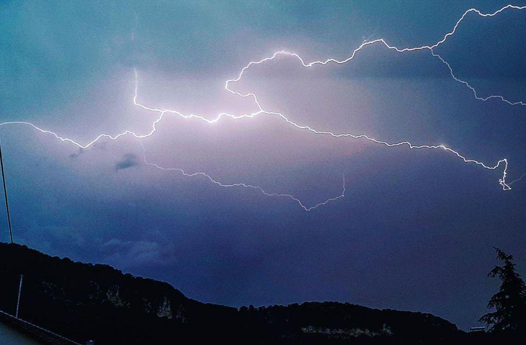 In Baiersbronn (Kreis Freudenstadt) hat ein Blitzeinschlag einen Sachschaden von etwa 100000 Euro verursacht. Foto: 7aktuell.de/Christina Zambito