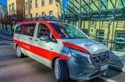 Notarztwagen bei Einsatzfahrt in Unfall verwickelt