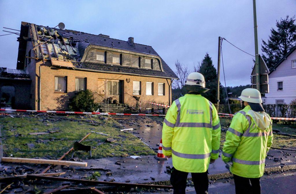 Das Schadensmuster erinnert an einen Tornado. Foto: dpa
