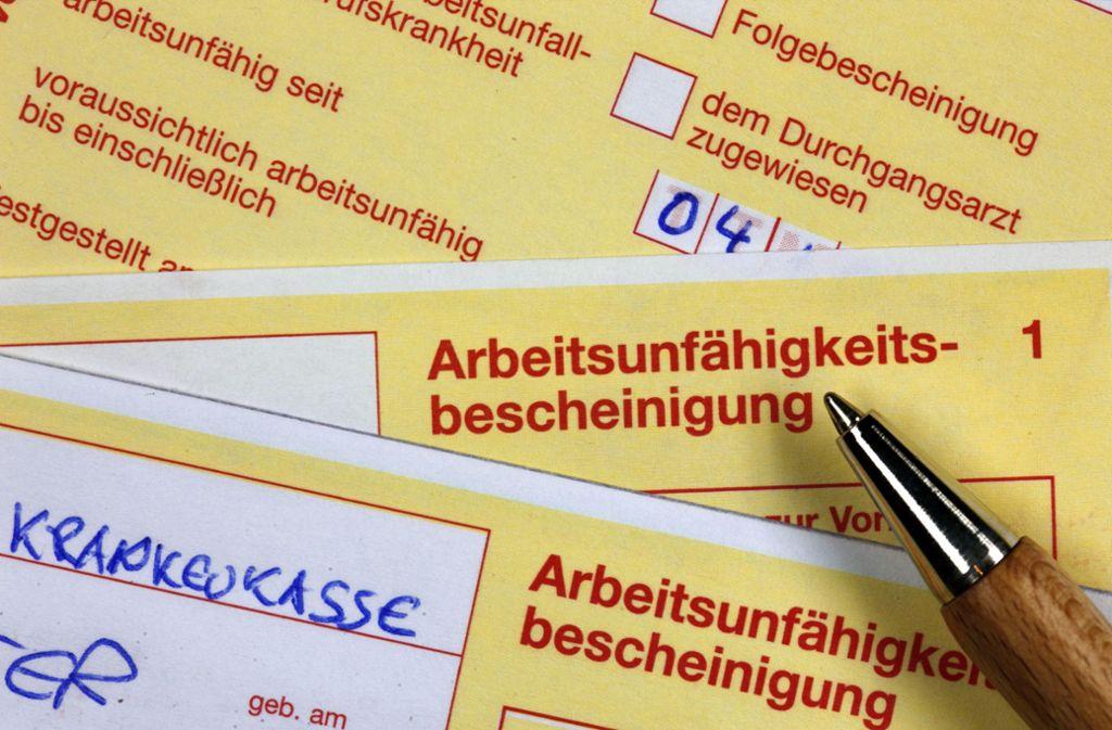 Auslaufmodell: gelbe AU-Bescheinigung auf Papier Foto: dpa//Jens Büttner
