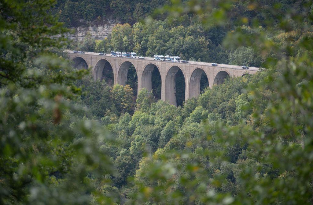 Autos fahren am Drackensteiner Hang auf der A8 über die Drachenlochbrücke. Foto: dpa/Marijan Murat