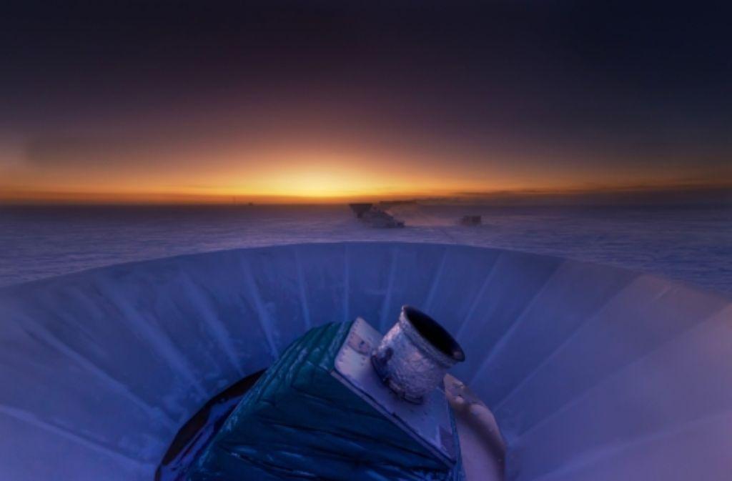 """Das Teleskop """"Bicep2"""" in der antarktischen Dämmerung Foto: Harvard University/dpa"""