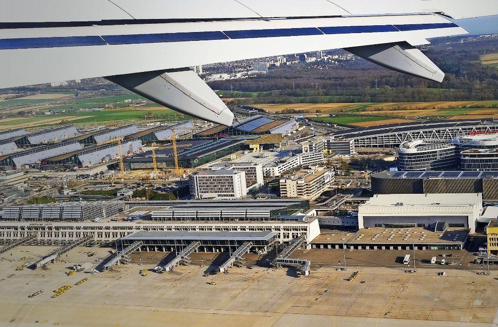 Zwischen der Messe (in Hintergund links) und dem Flughafen sollen zwei Haltepunkte für die Bahn entstehen, einmal für ICE von und nach Ulm, einmal, nah an den Terminals, für die Züge der Gäubahn aus Singen. Foto: dpa