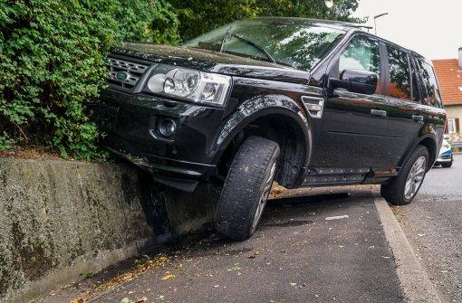 Geländewagen schanzt auf Mauer