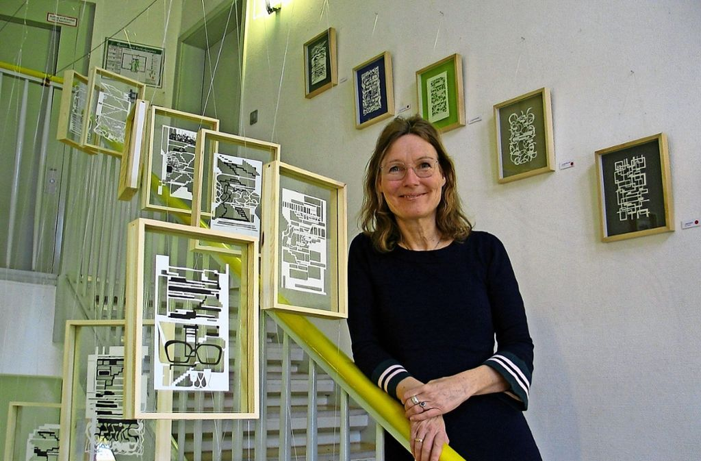 Maria Speck mit den speziell für die Stammheimer Ausstellung geschaffenen Treppen-Bildern. Foto: Susanne Müller-Baji