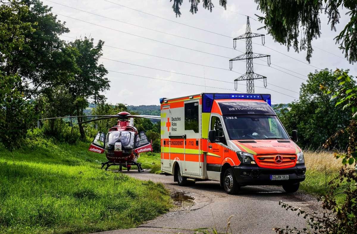 Obwohl auch ein Hubschrauber im Einsatz war, brachten die Einsatzkräfte den Verletzten schließlich mit dem Rettungswagen in eine Klinik. Foto: SDMG/Kohls