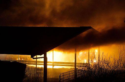 Strohballen fangen Feuer – 100.000 Euro Schaden