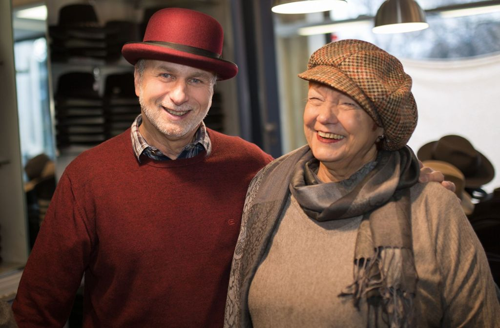 Martin Bühler und seine Angestellte Eleonore Elbert zeigen einige der derzeit  nachgefragten Modelle im 20er-Jahre-Look. Foto: Ines Rudel