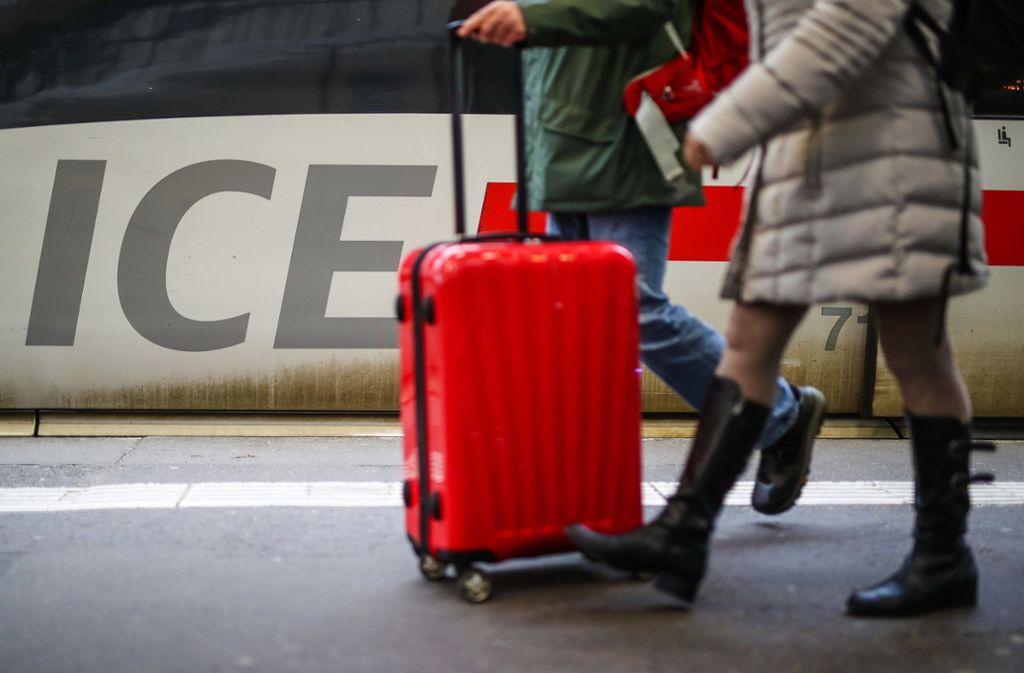 Laut der Deutschen Bahn sei mit den Einschränkungen bis zum frühen Montagmorgen  zu rechnen (Symbolbild). Foto: dpa/Christoph Schmidt