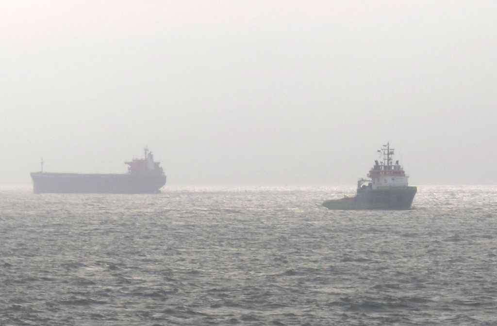 """Der havarierte Frachter """"Glory Amsterdam"""" (links) schwimmt wieder. Foto: Havariekommando"""