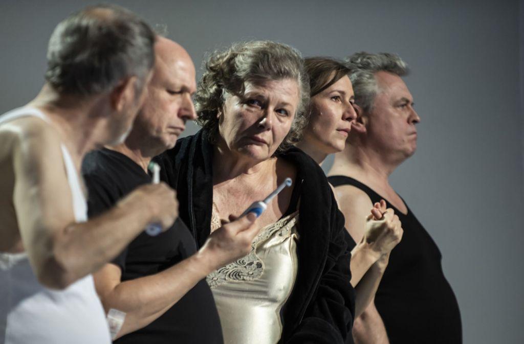 """Gemeinsame Abendtoilette (von links): Peter Rühring, Boris Burgstaller, Anke Schubert, Katharina Hauter und Reinhard Mahlberg in den """"Abweichungen"""" Foto: Björn Klein"""
