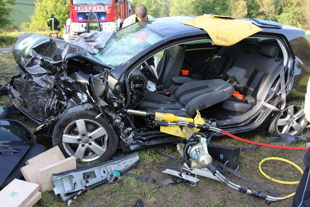 Das total zerstörte Wrack des VW Golf. Sieben Menschen werden bei dem Unfall in Wiesensteig teils schwer verletzt. Foto: www.7aktuell.de | Christian Schlienz