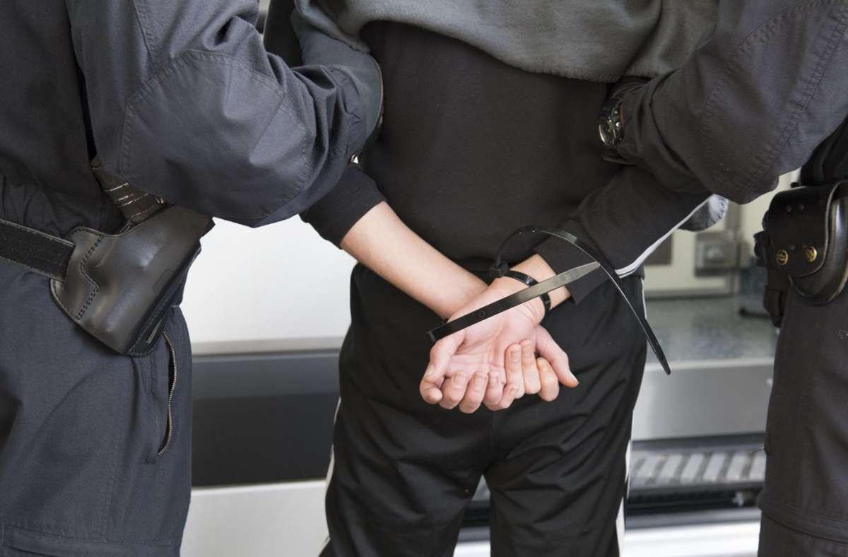Das umstrittene Gesetzt ist in Hongkong in Kraft getreten und bereits am Dienstag gab es die erste Festnahme (Symbolbild). Foto: dpa/Paul Zinken
