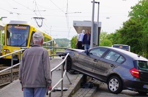 20-Jähriger rammt Stadtbahn-Haltestelle mit Auto