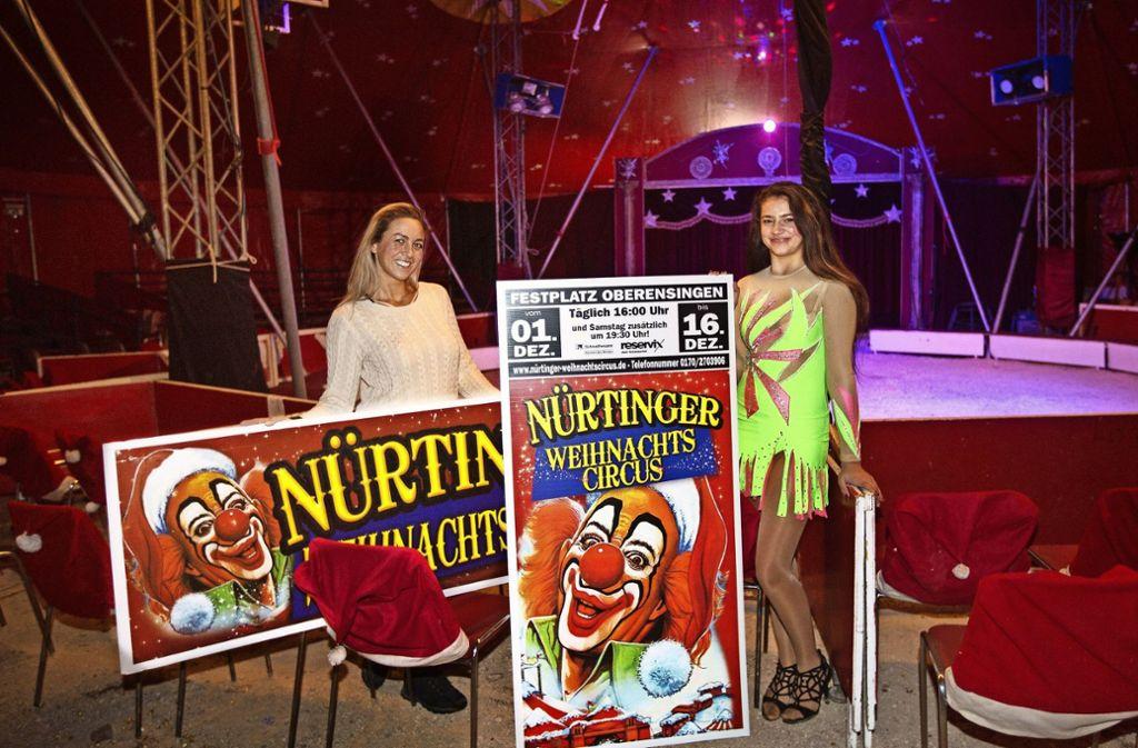 Alexandra (links) und Aaliyah Riedesel vom Circus Piccolo präsentieren die Werbung für den Nürtinger Weihnachtszirkus. Foto: Ines Rudel