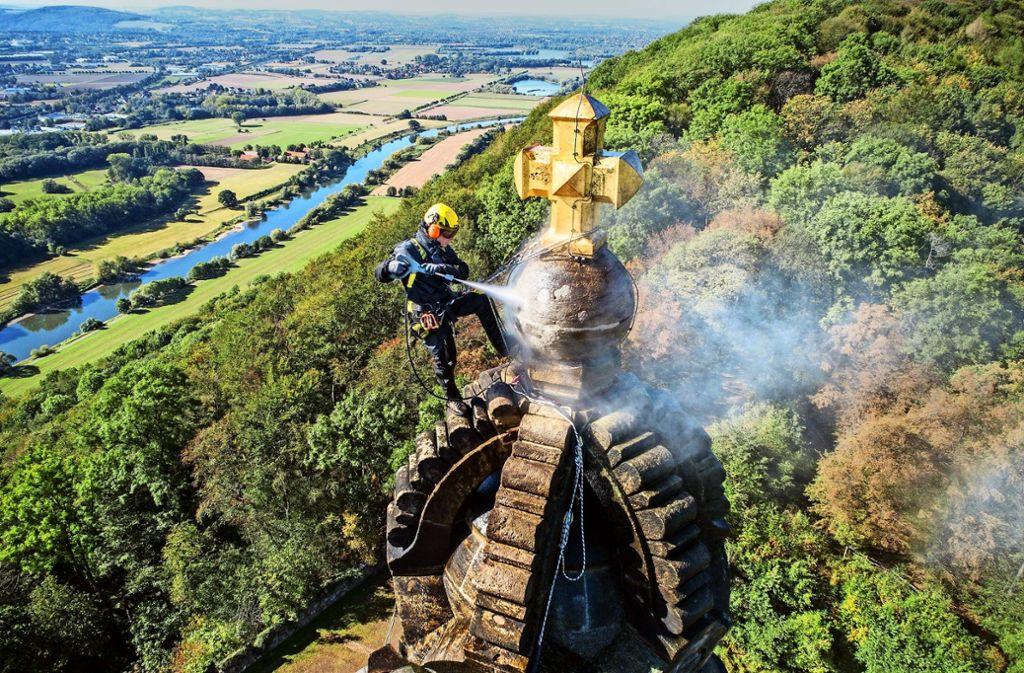 Ein Mitarbeiter von Kärcher reinigt das Kaiser-Wilhelm-Denkmal.Foto:Kärcher Foto:
