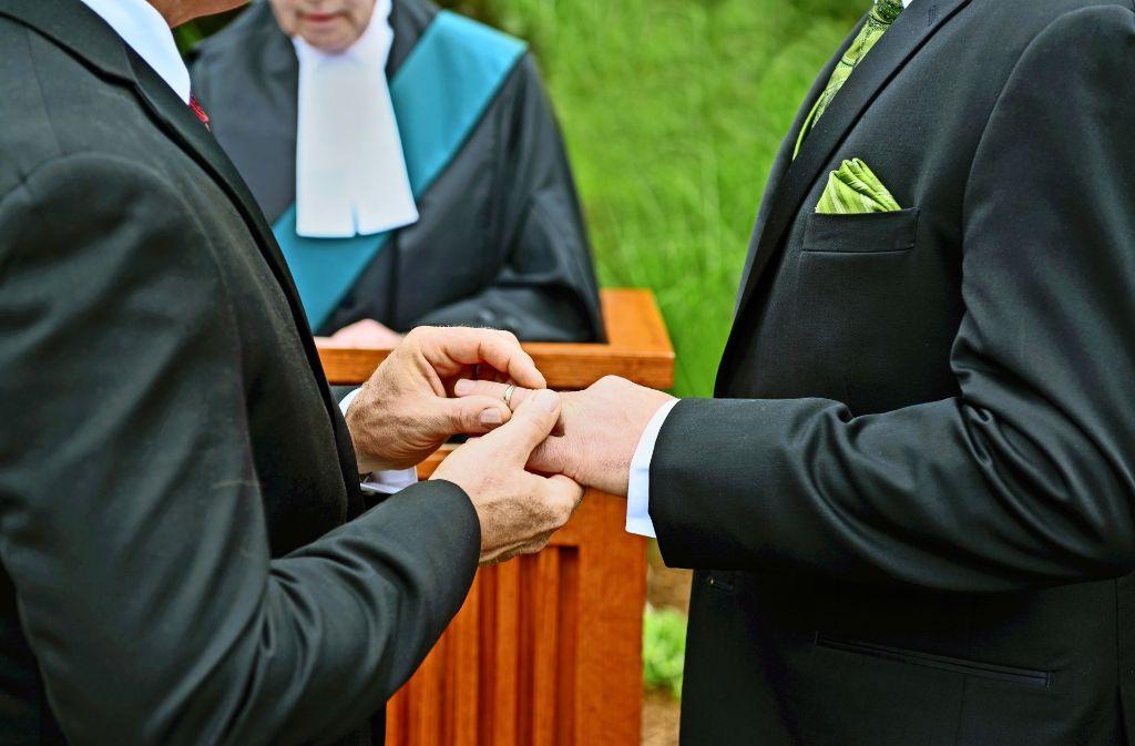 Gleichgeschlechtliche Paare pochen auch in der evangelischen Kirche auf  Gleichbehandlung. Doch in Württemberg ist es bis dahin noch ein weiter Weg. Foto: Eric/Adobe Stock